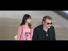 Hommage à Johnny Hallyday : le dernier baiser de Laeticia et ses filles à Johnny - YouTube