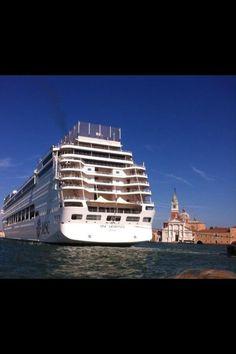 Ed anche con #Venezia71 La legge degli INTOCCABILI domina la scena! Pic.  @lamarghema #venice pic.twitter.com/4qSxQAjOa9