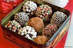 Le chocolat chaud au retour de la parade du Père Noël, c'est une tradition avec les enfants!! Cette année, on s'est fabriqué des boules de chocolat chaud bien spéciales. On les ajoute dans une tasse et demie de lait bien chaud et on obtient un chocolat chaud délicieux. C'est aussi un très beau cadeau à … Desserts With Biscuits, Food Packaging Design, Xmas Food, Food Gifts, Truffles, Chocolate Box, Dessert Recipes, Food And Drink, Treats