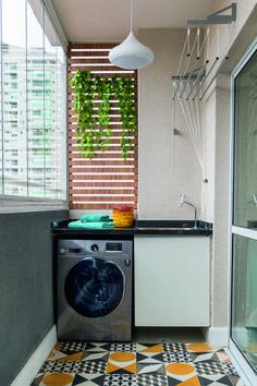 Apartamento pequeno de 32 m² combina revestimentos diferentes | Minha Casa Kitchen Room Design, Laundry Room Design, Home Room Design, Home Decor Kitchen, Interior Design Kitchen, House Balcony Design, Small Balcony Design, Small Balcony Decor, House Design