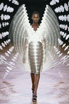 The complete Iris van Herpen Fall 2019 Couture fashion show now on Vogue Runway. Iris Van Herpen, Style Couture, Couture Week, Haute Couture Fashion, 3d Fashion, Fashion Images, Runway Fashion, Fashion Design, Fall Fashion