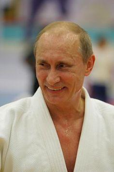 国際柔道連盟は10日、公式サイト上で、柔道家であるロシアのプーチン大統領に8段の段位を授与したと発表した。写真は、柔道着姿のプーチン大統領=10年12月撮影、サンクトペテルブルク