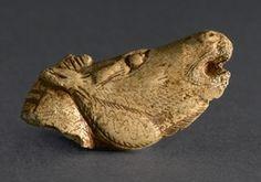 Statuette figurant une tête de cheval hennissant. Bois de renne. Grotte du Mas d'Azil au Mas d'Azil (Ariège). Magdalénien moyen / supérieur. Vers - 15 000 / - 11 000 ans. Fouilles Édouard Piette, 1887-1894.