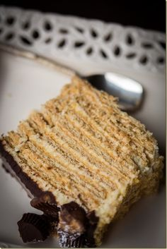 No-Bake Honey Cake. Layer graham crackers with creamy filling for a quick and tender cake-like treat Quick Dessert Recipes, Just Desserts, Sweet Recipes, Delicious Desserts, Cake Recipes, Yummy Food, Graham Cracker Cake, Graham Crackers, Russian Cakes
