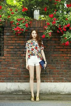lee sung kyung - summery floral top with white shorts Asian Street Style, Korean Street Fashion, Korea Fashion, Kpop Fashion, Asian Style, Asian Fashion, Girl Fashion, Fashion Looks, Korean Actresses