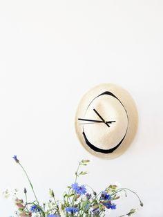 DIY chapeau en horloge Poppy Talk via Nat et nature Quick Crafts, Diy Crafts, Cool Diy, Easy Diy, Crafty Fox, Felt Necklace, Diy Clock, Decoration, Hats For Women