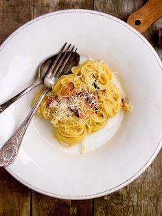 Spaghetti alla carbonara pochází původně z Itálie. V našich luzích a hájích tyhle těstoviny zdomácněly pod názvem uhlířina a nebo uhlířské š... Spaghetti, Ethnic Recipes, Food, Essen, Meals, Yemek, Noodle, Eten