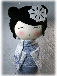 Mimi Haraposita's clothdoll (Kokeshi) for Luz Sánchez: Pendientera. Felt Crafts, Fabric Crafts, Sewing Crafts, Sewing Projects, Momiji Doll, Kokeshi Dolls, Japan Design, Paper Dolls, Art Dolls