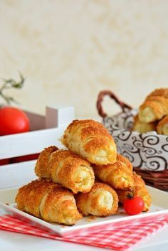 Crispy Pastry (Ready Croissant Pastry) from Ready Made Dough (Hope Basket – Practical Recipes) Fun Desserts, Dessert Recipes, Salty Snacks, Tasty, Yummy Food, Snacks Für Party, Turkish Recipes, Food Items, Food And Drink