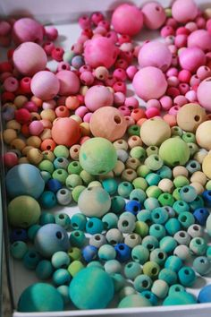 Watercolor Wooden Bead Necklaces - Aunt Peaches - Despite the fact that I own twelventytwo thousand necklaces, I want more. Crafts To Do, Bead Crafts, Crafts For Kids, Arts And Crafts, Diy Crafts, Wood Bead Garland, Beaded Garland, Wooden Bead Necklaces, Wooden Beads