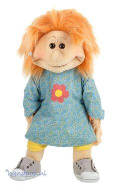 Hanna is een heerlijk eigenwijs meisje. Het is een 65 cm grote, volledig uitkleedbare handpop van Living Puppets