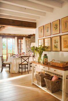 wnętrza, styl rustykalny, styl wiejski, kamienna ściana, stare meble, antyki, drewniane belki, białe wnętrza, przedpokój, jadalnia