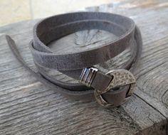 auf der Suche nach einem Geschenk für Ihren Mann? Sie haben die perfekte Position für diese gefunden! Die einfache und schöne Kette Armband kombiniert grauem Leder Textur, die Wrap-3-mal auf...