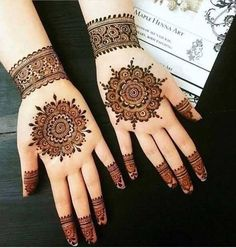 These stuning simple mehndi designs will suits you on every occassion. In Indian culture, mehndi is very important. On every auspicious occasion, women apply mehndi to show the importance of the occasion. Henna Hand Designs, Dulhan Mehndi Designs, Mehandi Designs, Round Mehndi Design, Arte Mehndi, Mehndi Designs For Girls, Mehndi Designs For Beginners, Stylish Mehndi Designs, Mehndi Designs For Fingers