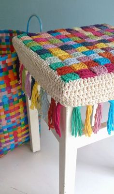 Author Pattern here: Free crochet tutorial (images) for stool cover Crochet Simple, Love Crochet, Crochet Granny, Diy Crochet, Crochet Crafts, Crochet Stitches, Crochet Patterns, Crochet Mandala, Crochet Flowers