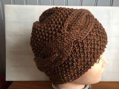 créations fait main, de bonnets en laine, écharpes, articles de mode. Toutes mes créations sont réalisées aux aiguilles, ou crochet, avec des laines de fabrication française dans la mesure du possible.