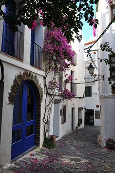 Carrer al centre històric de Cadaqués, Alt Empordà, Catalonia