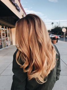 Fall Hairstyles, Hair Trends 2018 strawberry blonde / honey blonde balayage on medium length hair with classic style waves.strawberry blonde / honey blonde balayage on medium length hair with classic style waves. Brown Blonde Hair, Blonde Honey, Cute Blonde Hair, Brown With Blonde Balayage, Blonde Hair Outfits, Ginger Blonde Hair, Auburn Blonde Hair, Going Blonde From Brunette, Copper Blonde Hair