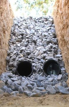 Things with French in the title are usually fancy, right? Poodles, perfume, pastries. But a French drain is a simple ditch in the ground. Backyard Drainage, Gutter Drainage, Drainage Ditch, French Drain System, French Drain Diy, Dry Creek Bed, Backyard Projects, Garden Projects, Irrigation