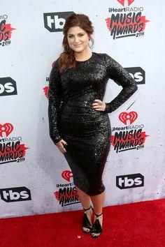 Meghan Trainor in einem Kleid von Donna Karan bei den iHeartRadio Music Awards
