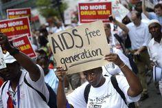 """SALUD SIDA  Un fármaco contra la leucemia ayudaría a detectar el VIH en estado latente  Londres, 25 jul (EFE).- Un fármaco utilizado contra la leucemia ayudaría a detectar el virus VIH-1 cuando se esconde en el interior de las células y entorpece la eficacia de los antirretrovirales, según un estudio publicado hoy por la revista científica """"Nature""""."""