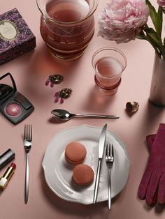 OLIVIA- Long & slim cutlery, a cult in the kingdom of the restaurant and home style #Pintinox #posate #cutlery #miseenplace #Olivia #macarons #pink #flowers #makeup