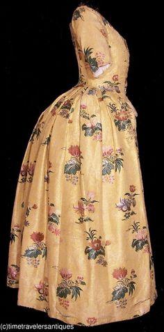 Vestido túnica abierta, 1760, damasco Inglés, seda dorada con un llamativo adorno colorido brocado floral.