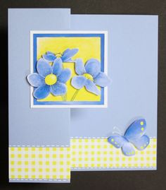 In dit blogbericht zie je 6 kaarten en een kadolabel met blauwe bloemen en vlinders. Ook de werkwijzes staan erbij.