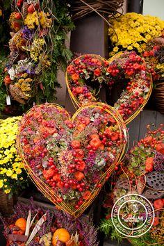 Fall Mums, Flower Installation, Valentine Wreath, Nature Crafts, Diy Flowers, Holidays And Events, Garden Art, Flower Designs, Floral Arrangements