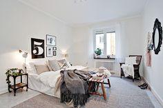 Det stora sovrummet erbjuder bra förvring i hel garderobsvägg.