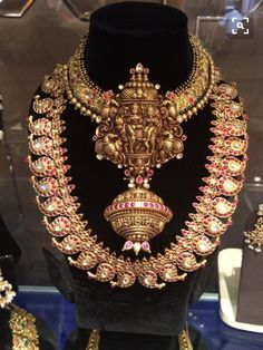 beautiful temple jewelry, ideal for a wedding! Gold Temple Jewellery, India Jewelry, Indian Wedding Jewelry, Bridal Jewelry, Indian Jewellery Design, Jewelry Design, Jewelry Patterns, Jewelry Collection, Bridal Collection