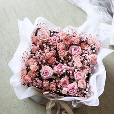 이미지: 사람 1명, 꽃 Floral Wreath, Wreaths, Decor, Decorating, Flower Crowns, Door Wreaths, Deco Mesh Wreaths, Inredning, Interior Decorating
