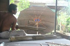 Mengintip Pembuat Payung Raksasa asal Hulu Sungai Tengah
