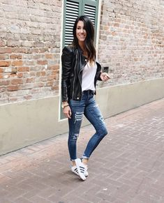 Adidas Sneakers, ripped jeans and a leather jacket - perfect! Outfits Con Tenis Adidas, Adidas Superstar Outfit, Adidas Outfit, Ripped Jeans Outfit, Jeans And Sneakers, Adidas Sneakers, Skinny Jeans, Jean Outfits, Casual Outfits