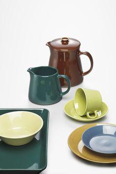 Teemaa edeltänyt astiasarja oli nimeltään Kilta. Kilta koostui alkuun kymmenestä osasta ja ideana oli, että astioita saattoi käyttää niin ruoan valmistukseen, säilytykseen kuin tarjoiluunkin, jolloin astioita tarvittiin vähemmän. Astiasto BA, Kilta, fajanssia. Suunniteltu 1948-1952, tuotannossa 1953-1975. Kuva: Rauno Träskelin. Sugar Bowl, Bowl Set, Industrial Design, Finland, Nostalgia, Ceramics, Vintage, Objects, Ceramica