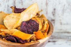 Tajný recept na nejlepší domácí chipsy! | iMnam.cz Carrot Chips, Beet Chips, Veggie Chips, Nutritious Snacks, Healthy Snacks, Healthy Recipes, Crepe Suzette, Super Bowl Essen, Legume Bio