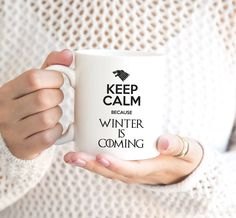 """Game of Thrones Kaffeebecher """"Keep Calm Because Winter Is Coming"""" Winter Is Coming, Cricut, Calm, Engagement Rings, Mugs, Etsy, Projects, Prints, Ideas"""