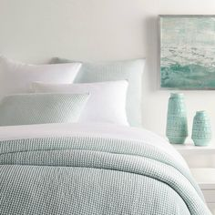 coastal bedrooms The Bubble Sky coverlet from Pine Cone Hill is their refreshed and updated cotton matelass waffle weave. This coverlet has a soft look, texture and feel. Coastal Bedrooms, Guest Bedrooms, Guest Room, Coastal Bedding, Coastal Master Bedroom, Luxury Bedding, Lake House Bedrooms, Spa Like Bedroom, Beach Bedrooms