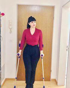 Woman on crutches Crutches, Capri Pants, Walking, Suits, Woman, Lady, Fashion, Moda, Crutch