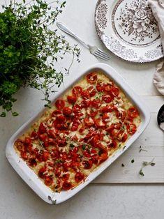Caws a Tatws juustoinen perunapaistos Veggie Recipes, Cheddar, Vegetable Pizza, Side Dishes, Vegetarian, Vegetables, Glute, Food, Waiting