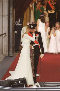 The bridal couple outside Oslo Cathedral; wedding of Crown Prince Haakon of Norway and ms. Mette-Marit Tjessem Høiby, August 25th 2001