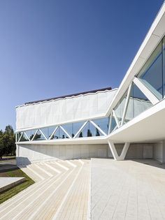 Completed in 2014 in Kuopio, Finland. Images by Tuomas Uusheimo . The existing Kuopio City Theatre is a modernist building by architects Helmer Stenros and Risto-Veikko Luukkonen. Architecture Design, Contemporary Architecture, Amazing Architecture, Public Library Design, Theatre Design, Roof Trusses, Through The Window, Decoration, City