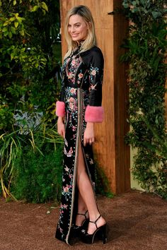 27 June Margot Robbie wore a black embroidered kimono gown with pink cuffs by Gucci to the Hollywood premiere of The Legend of Tarzan. Margot Robbie Style, Margot Elise Robbie, Margo Robbie, Margot Robbie Harley, Vogue, Hollywood Celebrities, Hollywood Actresses, Fashion Pictures, Style Pictures