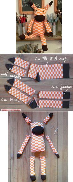 Doudou fait dans une paire de chaussettes.