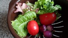 2018.08.22 Lovely big tomatoes with lettuce and red onions
