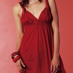 Eloge du flou. Les bretelles torsadées qui drapent l'ensemble affirment que la séduction est dans la décontraction, tout naturellement. Une robe dos nu à réaliser soi-même!