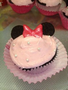 While I go to Costco and order their cakes for my kids birthdays, my sister-in-law, Jodie goes all out and creates these amazing works of art parties! You may have seen my post on the adorable Sesame Street Birthday Party that she did for my nephew.... but this Minnie Mouse Birthday Party screams Princess Pinky Girl!!!