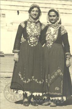 ΦορέαςΜορφωτικό Ίδρυμα της Εθνικής Τραπέζης Συλλογή Ε.Λ.Ι.Α. Μ.Ι.Ε.Τ. Commemoration of 4th August: women in traditional costume from Attiki (Megara?)at the Panathenaic Stadium Εορτασμοί της 4ης Αυγούστου: γυναίκες με παραδοσιακές ενδυμασίες της Αττικής (Μέγαρα;) στο Παναθηναϊκό Στάδιο. Φωτογραφίες ΔημιουργοίNelly's (Σεραϊδάρη Έλλη, Νέλλυ) Αθήνα, ΕρμούΨηφιοποιημένες Συλλογές Ε.Λ.Ι.Α. Greek Traditional Dress, Old Photos, Folk Art, Greece, Ethnic, Textiles, Costumes, Jewellery, Fashion