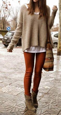 Den Look kaufen:  https://lookastic.de/damenmode/wie-kombinieren/oversize-pullover-t-shirt-mit-rundhalsausschnitt-leggings-stiefeletten-shopper-tasche/3943  — Weißes T-Shirt mit Rundhalsausschnitt  — Beige Strick Oversize Pullover  — Braune Shopper Tasche aus Segeltuch  — Rotbraune Leggings  — Braune Wildleder Stiefeletten
