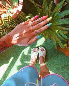 mas eu já tava com saudade de ver minhas mãozinhas assim bem multicoloridas com uma unha de cada cor  @atelie_laylagoncalves #modicesinspira Garra, Teen Beauty, Hair Beauty, Perfect Nails, Nail Inspo, Manicure, Nail Designs, Make Up, Nail Art